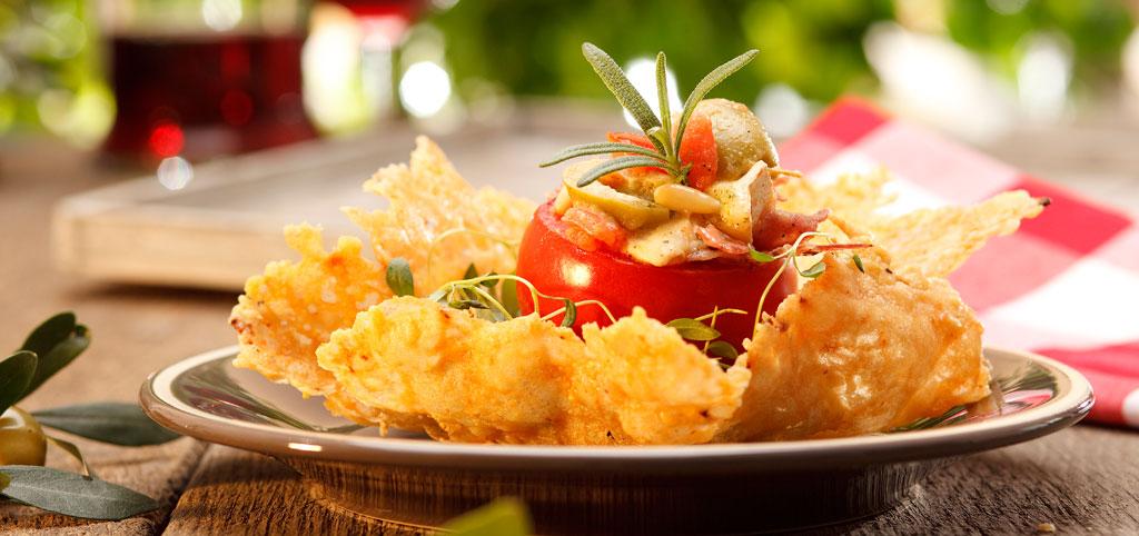 https://www.bioladen.de/fileadmin/bioladen_media/kochbuch/mittelmeer_gefuellte_tomate_parmesanbluete.jpg