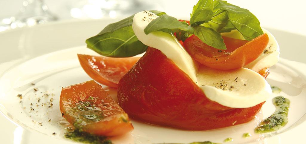 https://www.bioladen.de/fileadmin/bioladen_media/kochbuch/mittelmeer_paprika_tomate_mozzarella.jpg
